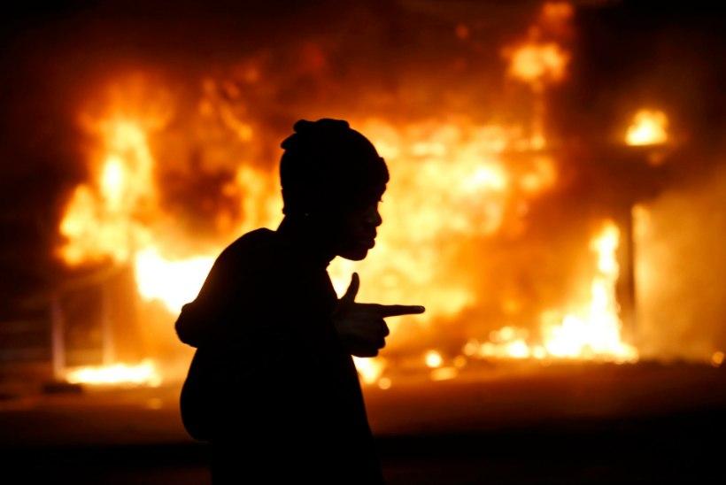 Fergusonis puhkes taas vägivald, ühtlasi süüdati mitukümmend hoonet