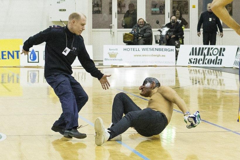 Tarvas sai pealtvaataja tembutamise eest korvpalliliigalt karistada