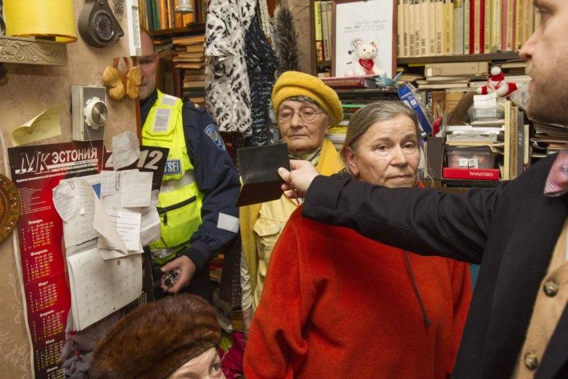 Riigilõiv jäi maksmata – nüüd kannata! Paari tunniga tõsteti pensionär tänavale vihma kätte