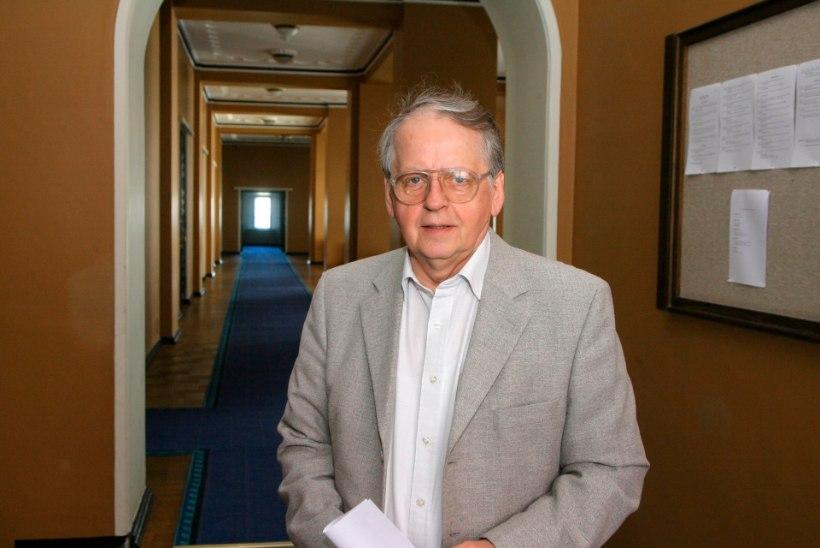 Riigikogu väliskomisjoni esimees Enn Eesmaa näeb Konstantin Pätsi mälestusplaadil puudusi