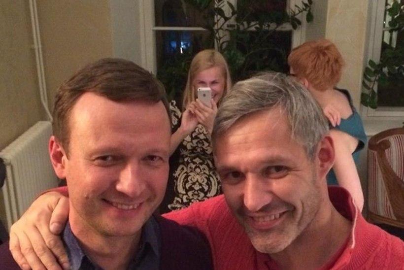 SÕBRALIKULT KOOS: avalikult gei Marko Reikop ja tuntud homovastane Erki Nool poseerivad kaelakuti!