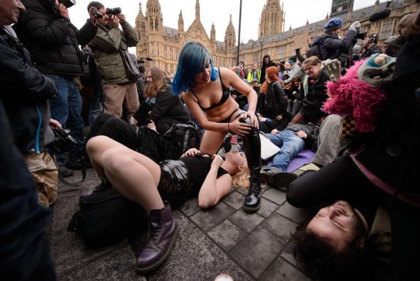 GALERII: Londonis etendati seksistseene protestiks pornotööstuse tsenseerimise vastu