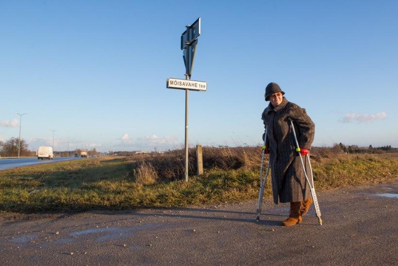 """Raske liikumispuudega külaelanik: """"Karkudega kõnnin lähimasse bussipeatusse kolm tundi."""""""