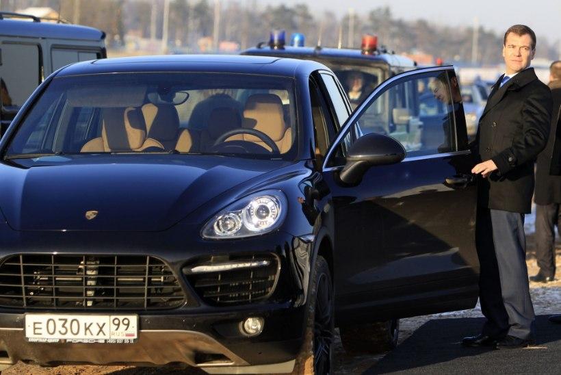 Venemaa rikkurid leidsid oma rahale turvasadama luksusautodes