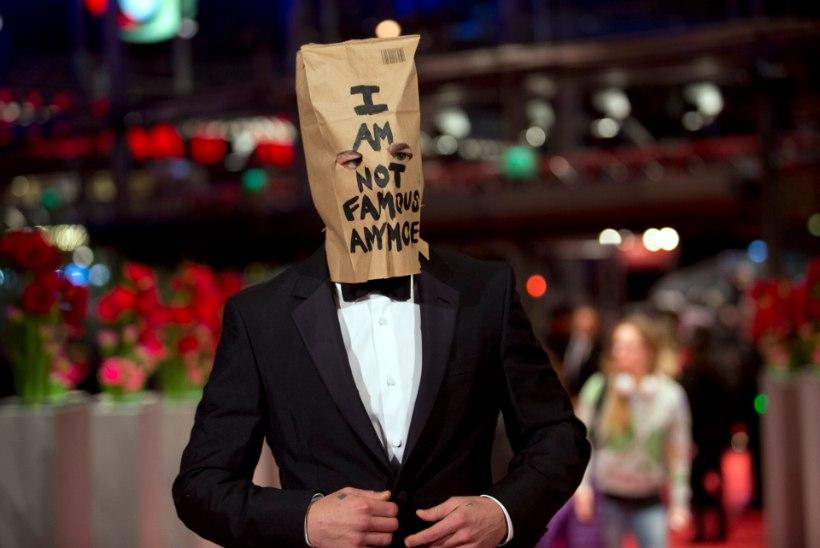 Näitleja ilmus esilinastusele, kott peas