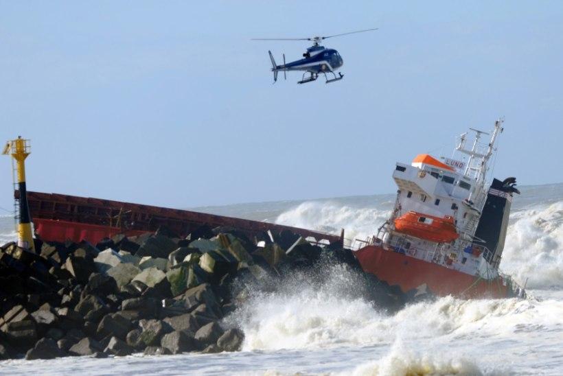 VIDEO: Hispaania kaubalaev murdus tormis pooleks