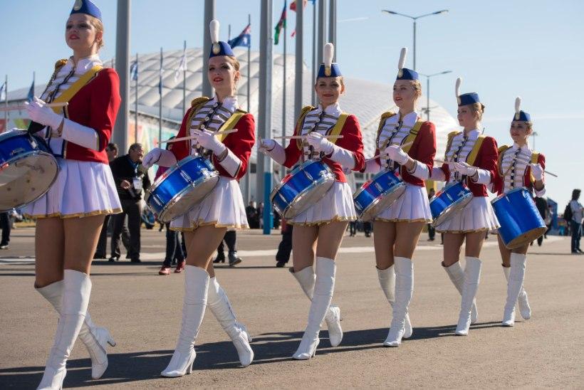 FOTOREPORTAAŽ: Siresäärsed trummilööjad, päevitajad ja klounid Sotši olümpiapargis