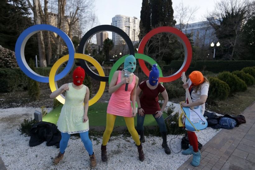 Pussy Riot sai kasakatelt nuuti, pani Putini laulu üles ja lahkus Sotšist