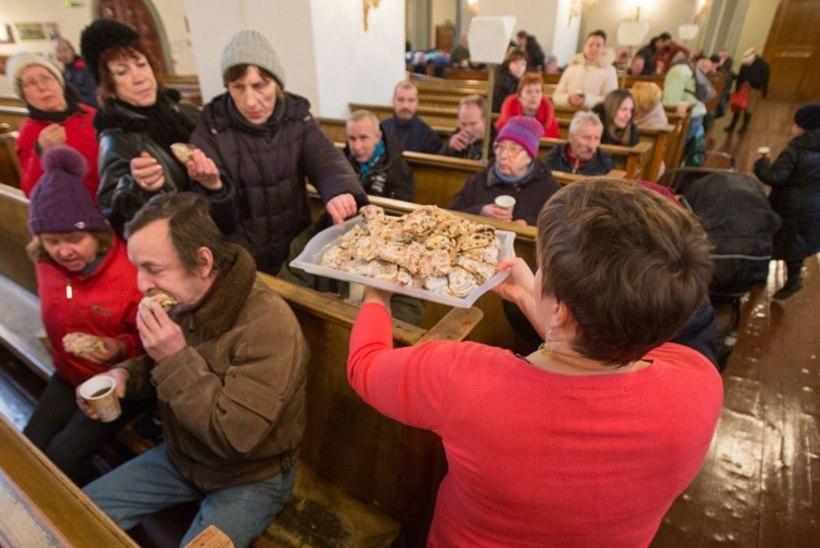 Riigi sünnipäeval pakuti puudust kannatavatele inimestele kirikus süüa