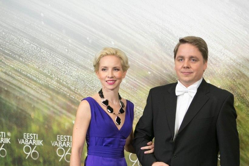 Ehted presidendiballil: tagasihoidlik kleit lubab efektsel kaelakeel särada