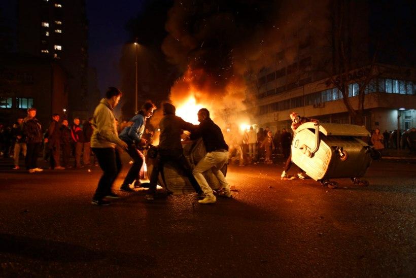 Meeleavaldajad süütasid Sarajevos valitsushoone