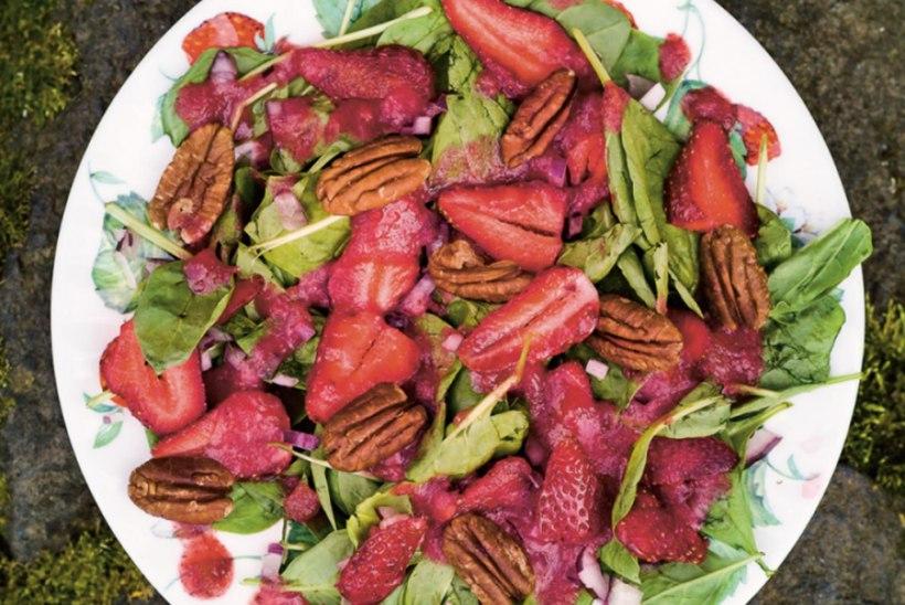 Pekanipähklisalat maasikate ja spinatiga