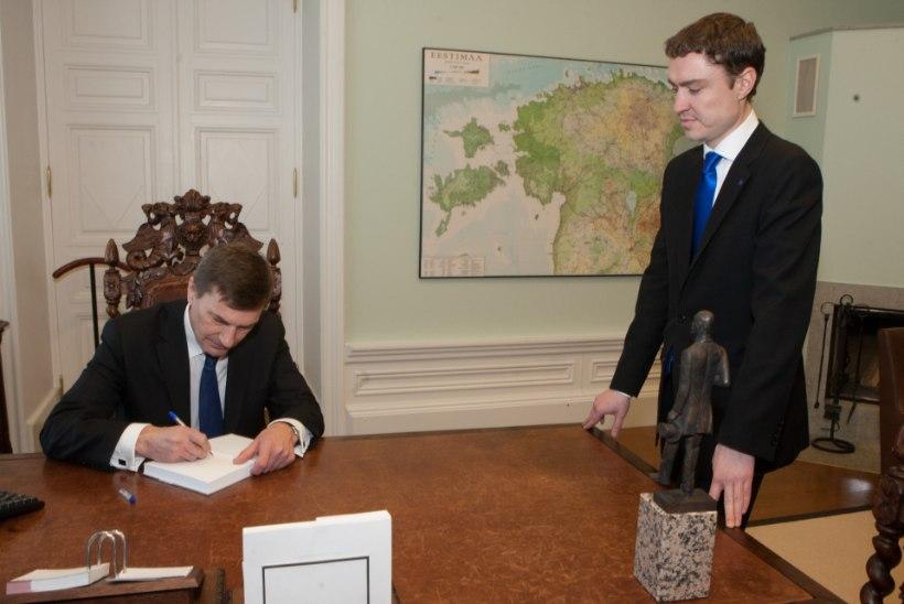 GALERII: Ansip lahkus peaministri kabinetist koos Tõnissoni kujuga: seda ma Rõivasele ei jäta!