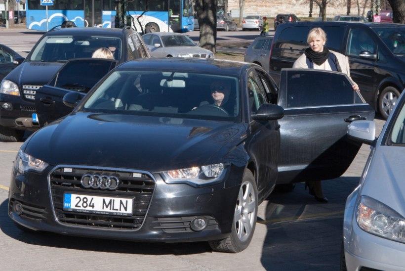 """FOTOUUDIS: kuidas ministrihärra Kruuse üritas ministriproua Palo autot """"ära ajada"""""""