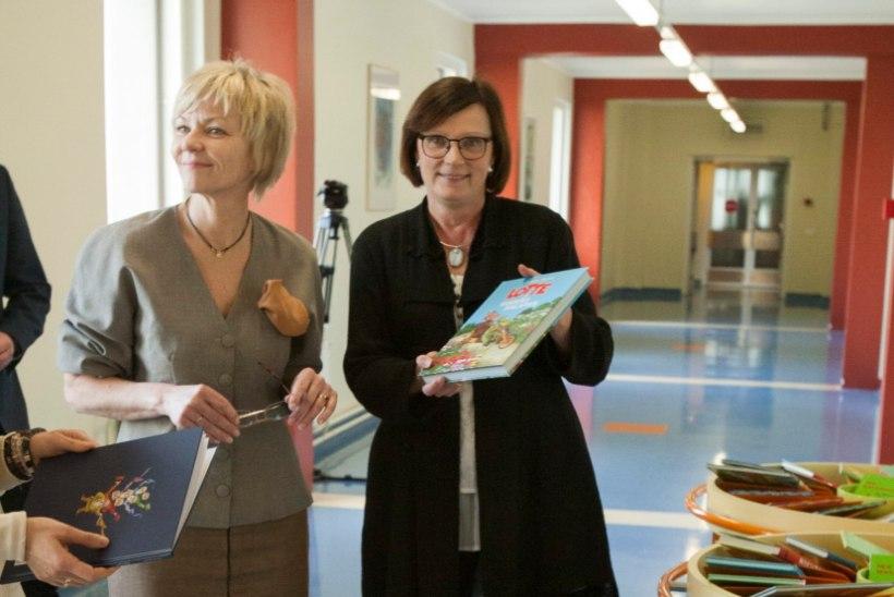 GALERII: Evelin Ilves andis lastehaiglale üle uudsed raamatukarussellid