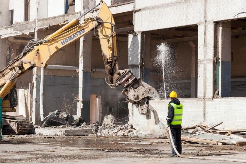 GALERII JA VIDEO: Dvigateli hoone lammutamine on edenenud jõudsalt