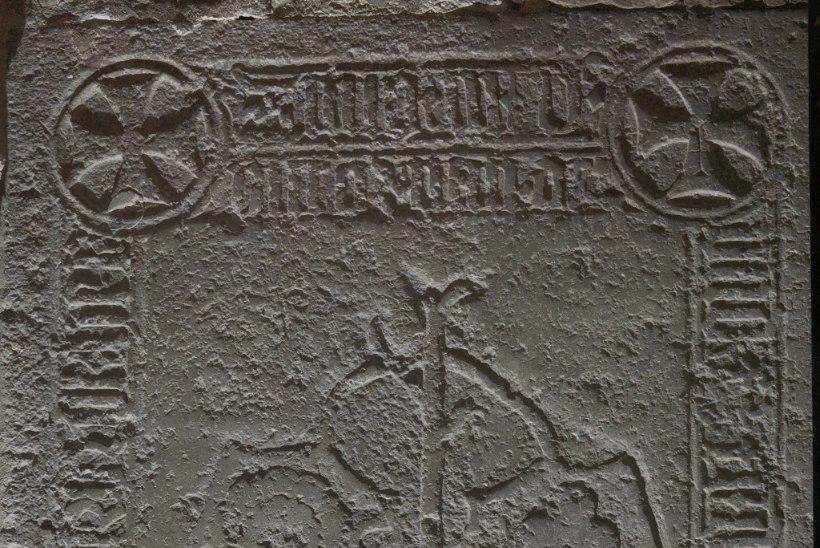 Ajaloolastel õnnestus dešifreerida Risti kirikus asuv mõistastuslik hauaplaat