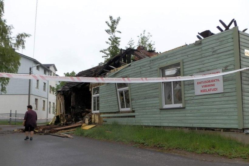 Aastaid tagasi Pärnus põlenud maja laguneb – üks sein varises tänavale