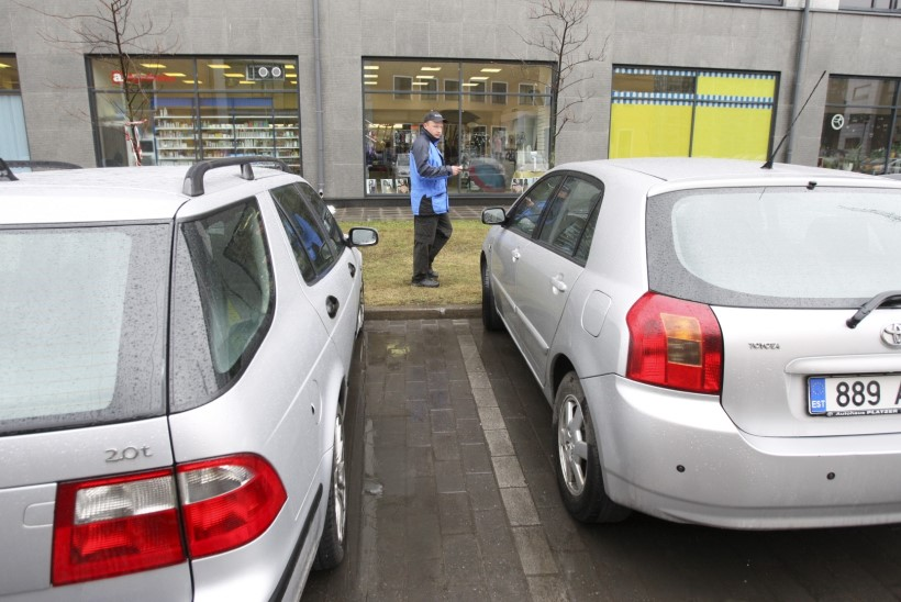 Haapsalus sai vigastada ostukeskuse parklas auto alla jäänud naine, politsei otsib pealtnägijaid