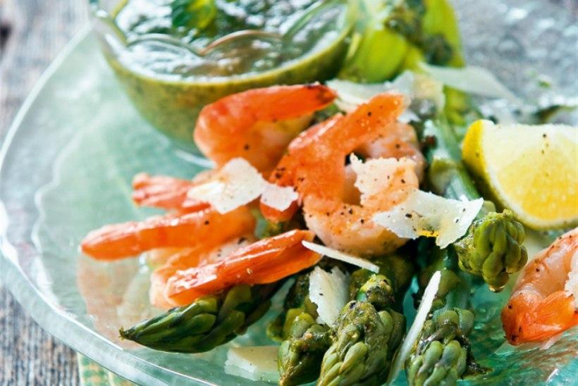 Spargel salsa verde kastmes koos Parmesani ja hiidkrevettidega