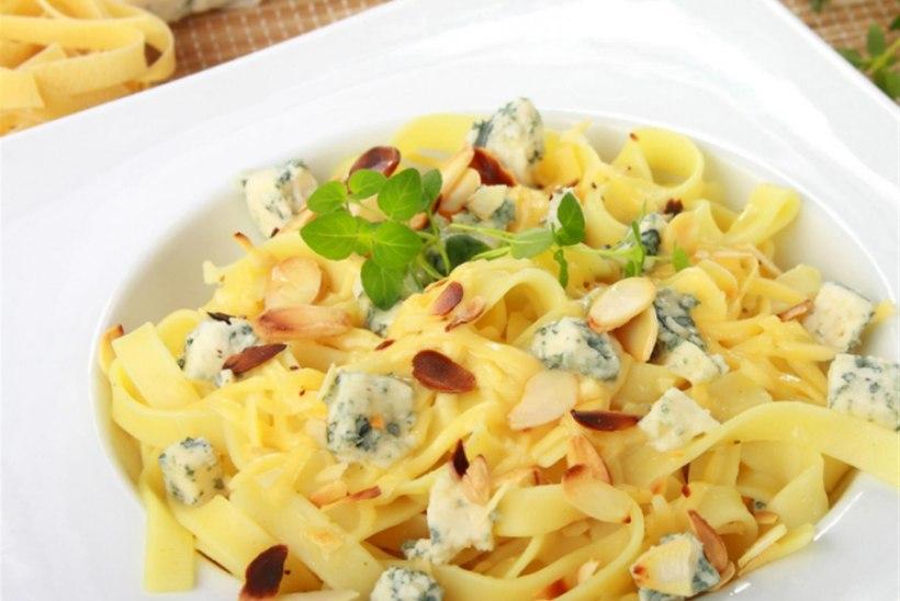 Pasta mandlite, juustu ja ürtidega