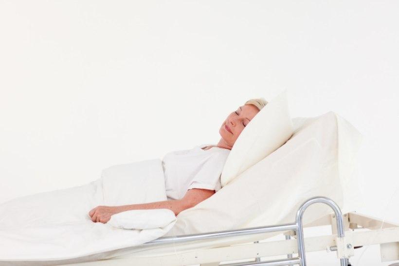 Koomas olnud naine ärkas, kui abikaasa talle haiglavoodil nende pulmas kõlanud laule lasi