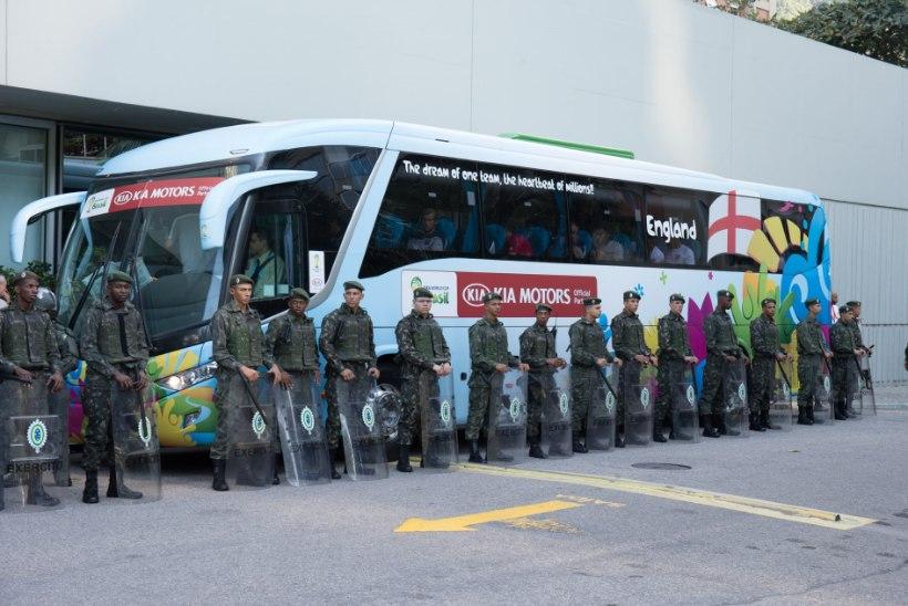 GALERII: Jalgpallureid turvab Brasiilias sõjavägi