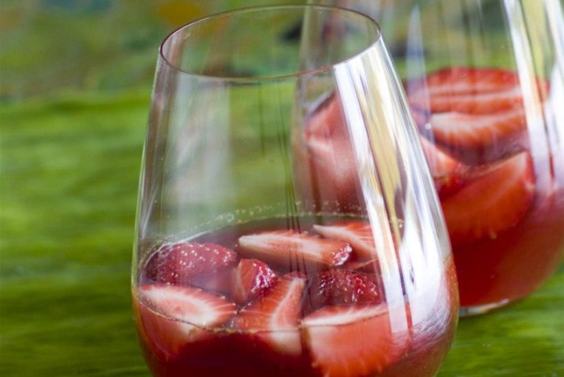 Maasikad roosas veinitarretises