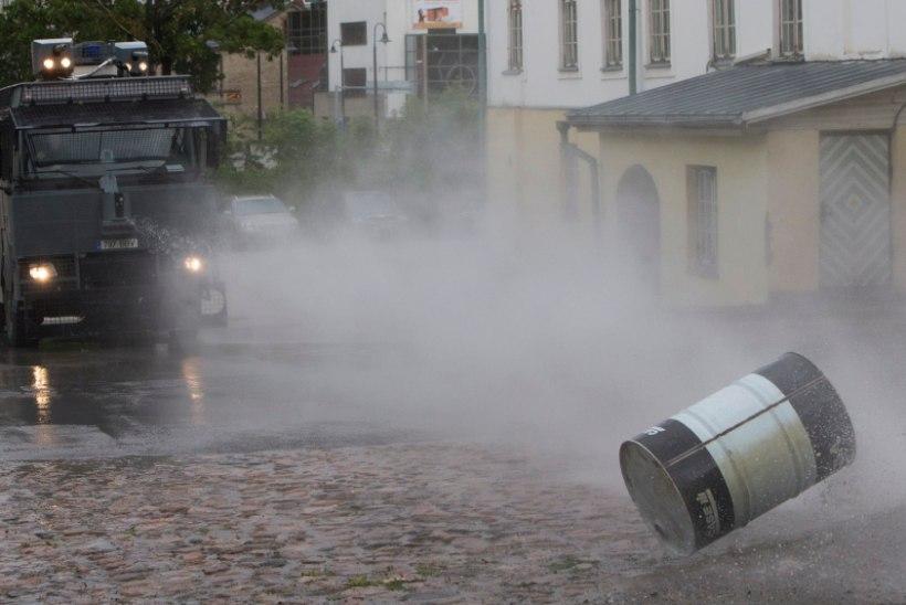Märulipolitsei salajane veekahur suudab kivisillutise lendu paisata