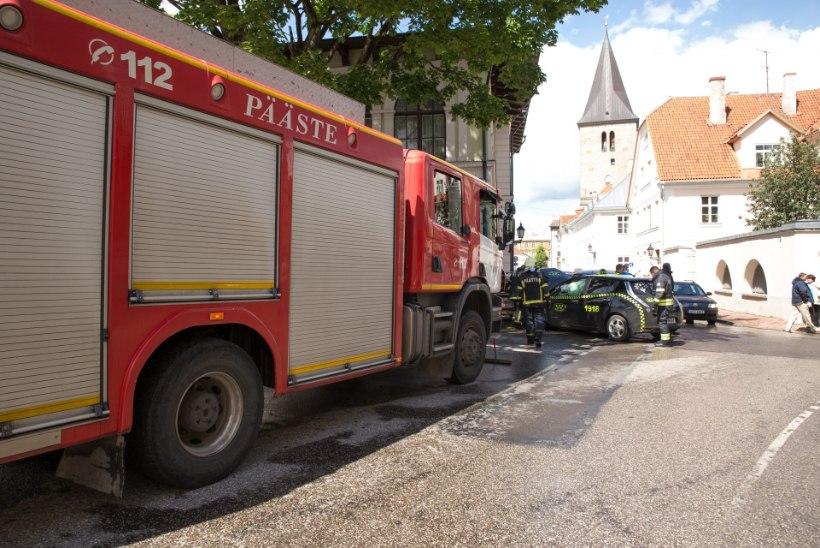 FOTOD: elektriauto rammis Tartus kolme sõidukit