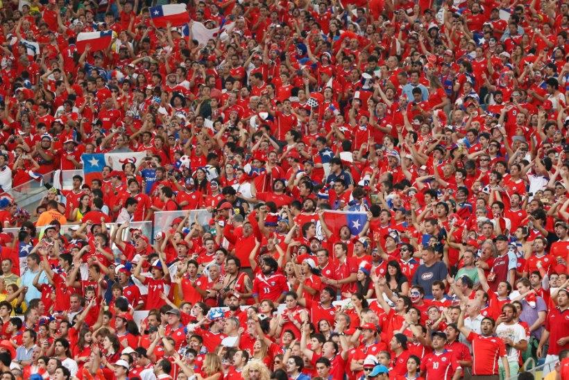 Tšiili poolehoidjad jooksid staadionile tormi