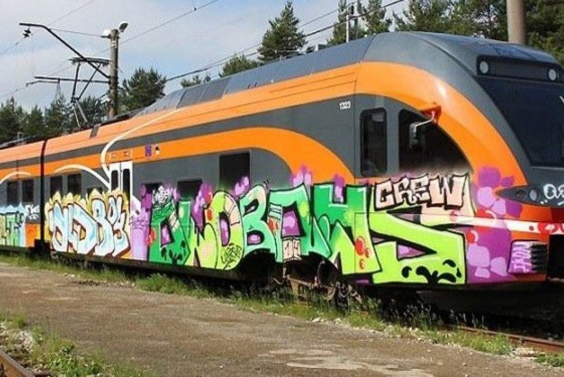 Elroni rongi võõbati grafitiga ka Viljandi raudteejaamas