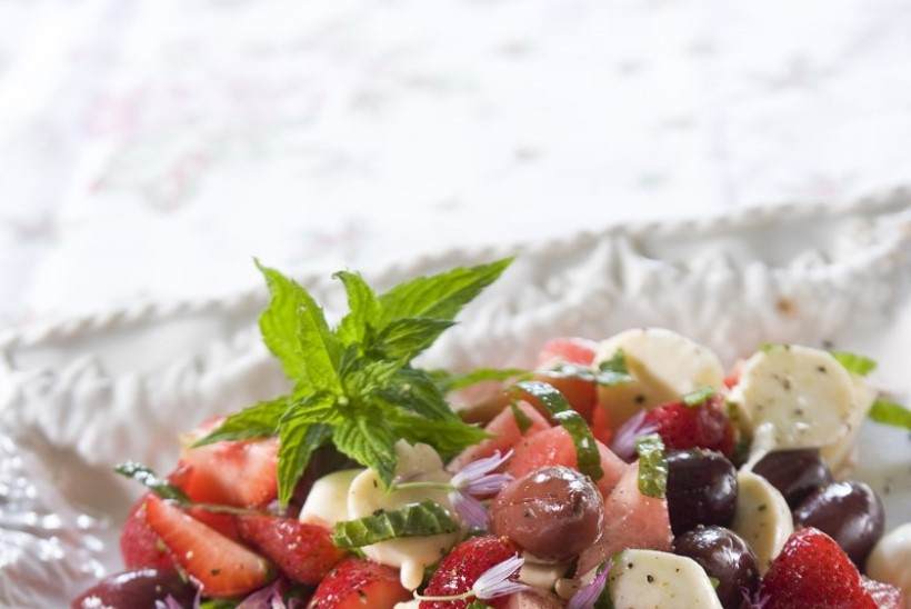 Suvised kerged salatid grilli kõrvale: miksi ja katseta värskete aiasaadustega
