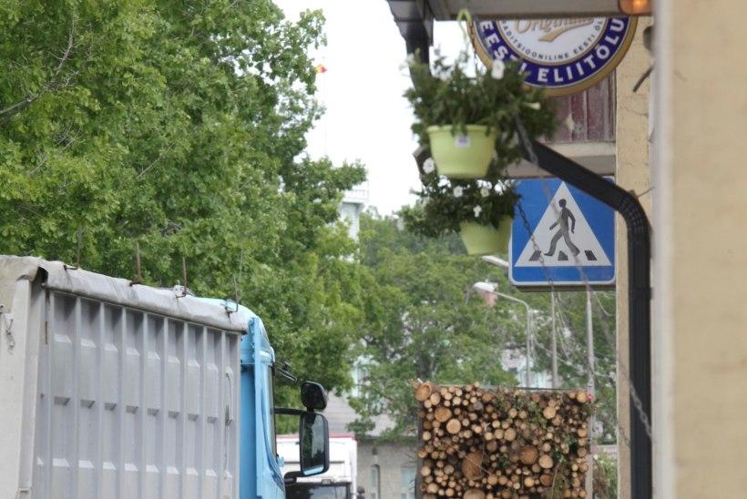 E20 on katki. Liiklus Tallinna ja Narva vahel käib koduõuede kaudu