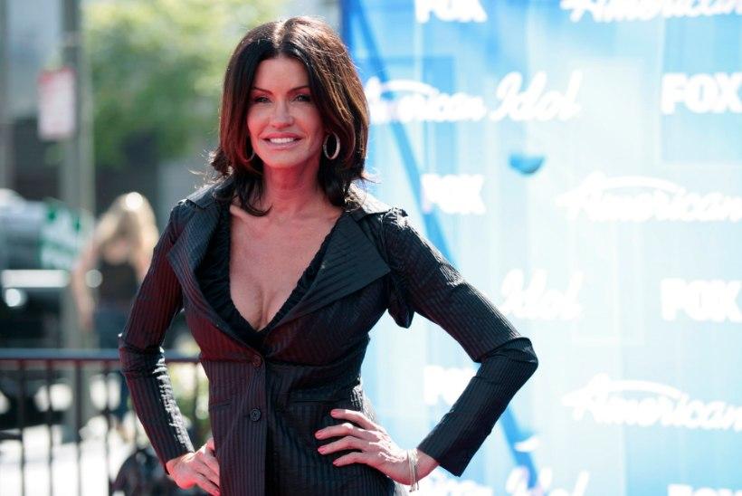 Janice Dickinson lasi telekaamerate ees oma 30-aastaseid longus rindu kohendada