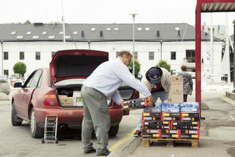 PIDU LÄBI: Soome toll üritab pidurdada viinarallit Eestist