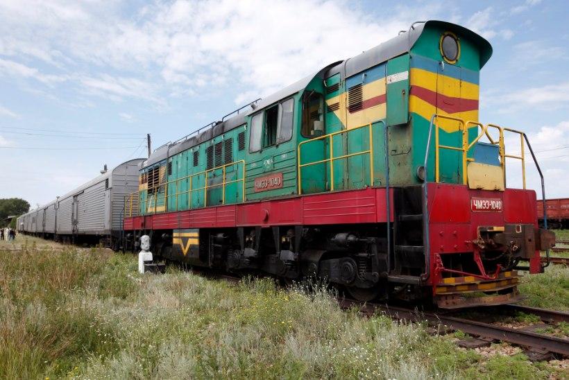 FOTOD: mässulised laadivad surnukehi rongidele