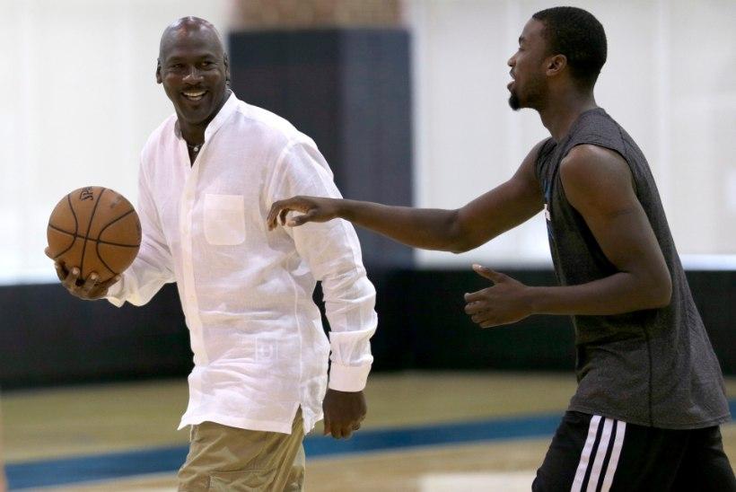 VIDEO: 51-aastane Michael Jordan näitab noorele kutile, kuidas korvpalli mängitakse