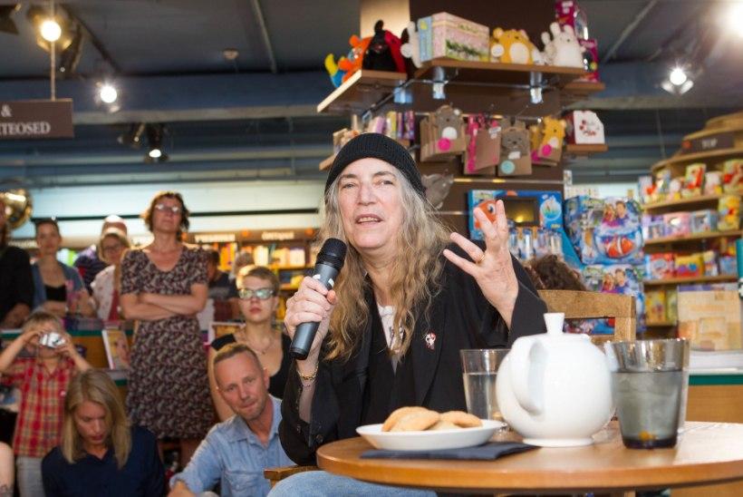 GALERII: USA rokilegend Patti Smith jagas Viru Keskuses autogramme