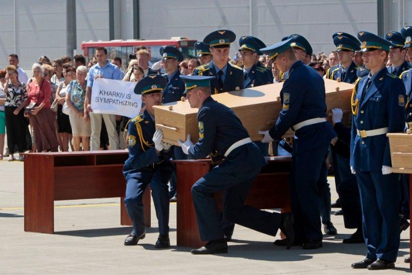 FOTOD: Ukrainast saadeti Hollandi poole teele esimene lennuk katastroofiohvrite säilmetega