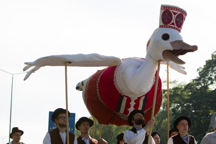 GALERII: Laulu- ja tantsupeo rongkäiku siginesid ka erinevad sõiduvahendid
