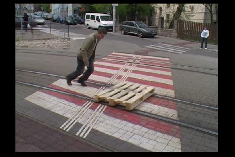 VIDEO: mees sõidab piki trammiteed euroalusega