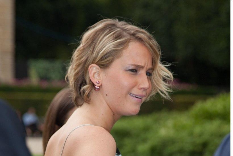 STAARIKADEDUS: Jennifer Lawrence varjab Emma Watsoni ilusat näolappi kätega