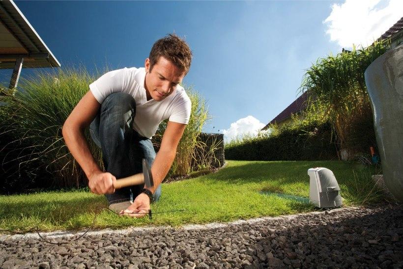 Niitjarobot: ampsab aeg-ajalt elektrit ja uhab aga omapäi mööda aeda edasi
