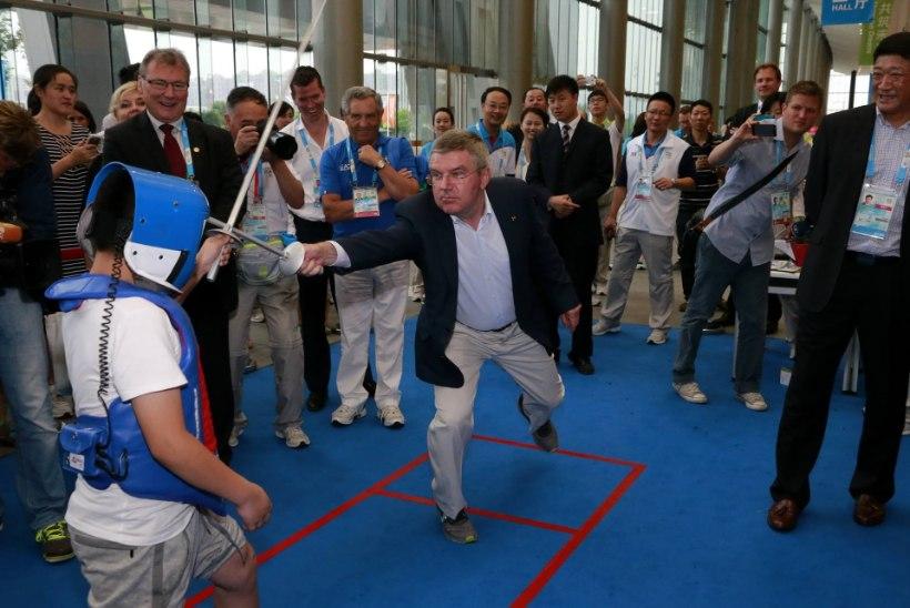 FOTO: ROKi president Thomas Bach haaras mõõga!