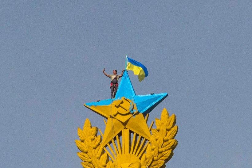 FOTOD: aktivist heiskas Moskva kõrghoonele Ukraina lipu ja tegi koos sellega selfie!