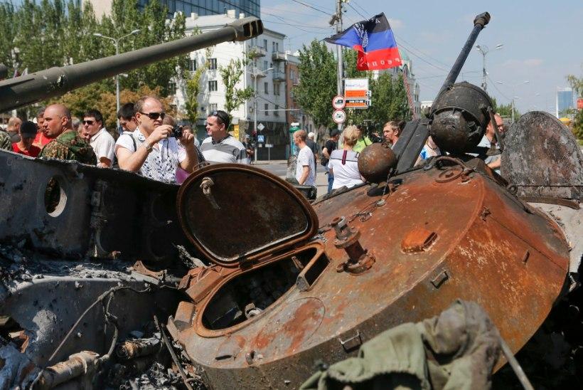 Mässulised sundisid vangistatud sõdureid Donetski tänavail marssima