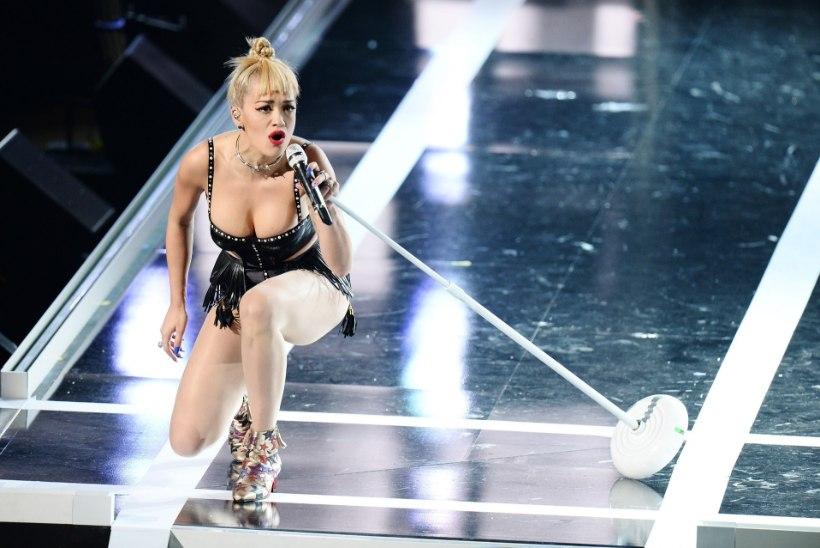 UNUSTAS RINNAHOIDJA? Rita Ora rinnad olid moepeol ripakil!
