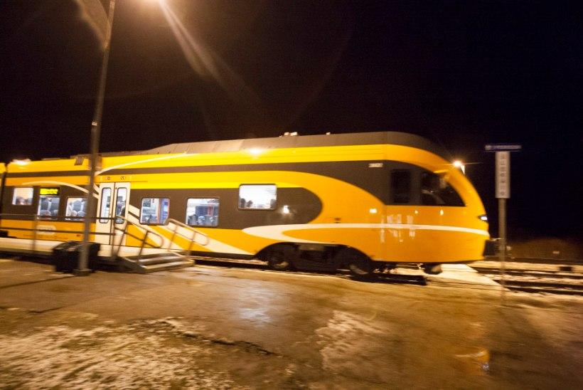 Tartus jäi noor naine rongi alla, tegu võis olla enesetapukatsega