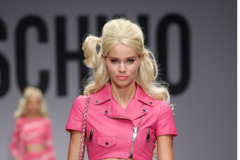 Moschino saatis lavale elusuuruses Barbie'd!